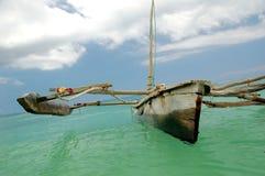 单桅三角帆船等待 库存照片