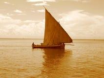 单桅三角帆船航行 库存图片