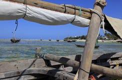 单桅三角帆船/小船&海岸线在Nungwi,桑给巴尔,坦桑尼亚 免版税库存照片