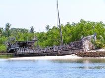 单桅三角帆船击毁 库存照片