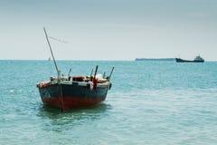 单桅三角帆船 库存图片
