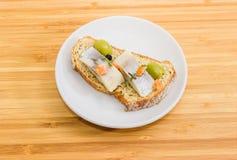 单片三明治用烂醉如泥的鲱鱼、橄榄和褐色发芽了增殖比 免版税库存照片