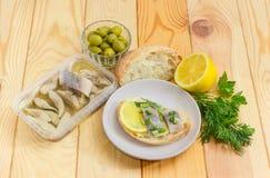 单片三明治用烂醉如泥的鲱鱼和成份它的prepa的 免版税库存照片
