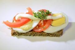 单片三明治用蕃茄和鸡蛋 免版税库存照片