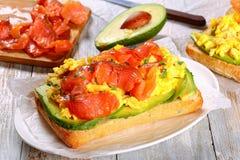 单片三明治用煎蛋卷、鲕梨和三文鱼 免版税库存照片