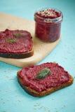 单片三明治用被磨碎的桌甜菜 免版税库存照片
