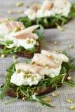单片三明治用酸奶干酪和鱼 免版税图库摄影