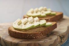 单片三明治用鲕梨和香料 库存照片
