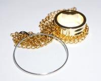 单片眼镜和金黄圆环 免版税库存图片