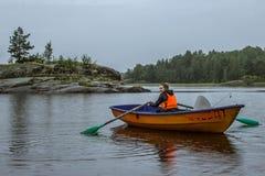 单独一个女孩小船的 库存照片
