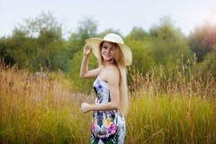 单独一个草帽的秀丽妇女有自然的 库存照片