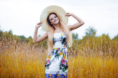 单独一个草帽的秀丽妇女有自然的 免版税库存图片