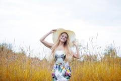 单独一个草帽的秀丽妇女有自然的 库存图片