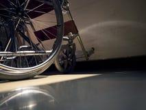 单独与病症和轮椅 免版税库存照片