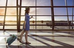 单独亚洲妇女旅行在机场运载手提箱 免版税库存照片