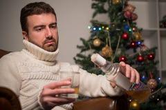 单独人感觉偏僻和饮用的酒精 免版税库存照片