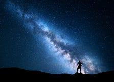 单独人银河和剪影  背景美好的图象安装横向晚上照片表使用 库存照片