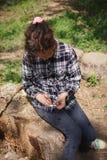 单独使用在街道的女孩 库存图片