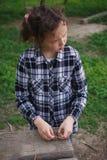 单独使用在街道的女孩 免版税库存图片