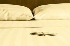 单独和智能手机呆在一起 库存照片