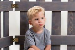 单独哀伤的男孩孩子 免版税图库摄影