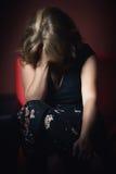 单独哭泣的哀伤的妇女黑暗的 免版税库存图片