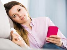 单独困厄的年轻女性消费天 库存图片