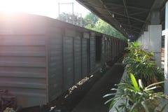 单独在早晨火车 免版税库存图片