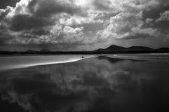 单独在海浪海滩,兰萨罗特岛 库存照片