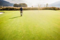 单独在高尔夫球场 免版税库存图片
