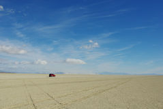 单独在黑色岩石沙漠 库存照片