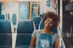 单独地铁火车的黑人女孩 免版税库存图片