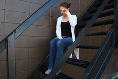 单独坐哀伤的女孩 免版税库存图片