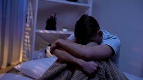 单独坐在平衡的哭泣的少年卧室,胁迫的受害者,问题 图库摄影