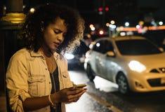 单独坐在黑暗的妇女 免版税图库摄影