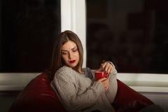 单独坐在黑暗的哀伤的妇女 免版税库存照片