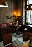 单独坐年轻严肃的时兴的人 免版税库存图片