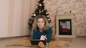 单独坐,在圣诞节前面的少妇 影视素材