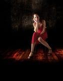 单独女孩在黑暗的地方 库存图片