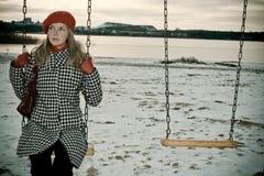 单独女孩摇摆的年轻人 免版税图库摄影
