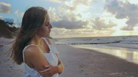 单独女孩海滨的 股票视频