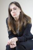 单独女孩相当等待的年轻人 免版税库存照片