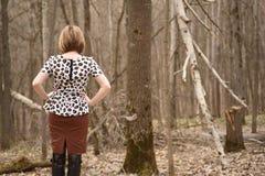 单独女性在森林里 免版税库存图片