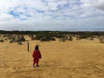 单独孩子在沙漠 免版税库存照片