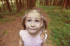 单独小女孩害怕在黑暗的森林特写镜头 免版税库存照片