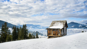 单独小屋在山顶部 库存照片