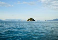 单独小海岛在蓝色海洋 免版税库存照片