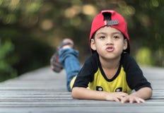 单独小男孩和奇迹盖帽呆在一起 库存照片