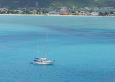 单独小船加勒比海洋 免版税库存图片