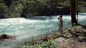 单独少妇在河附近享受镇静森林风景 股票视频
